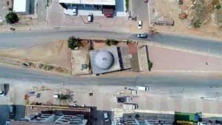 Antalya'da İki Yolun Ortasında Kalan Cami Dikkat Çekiyor